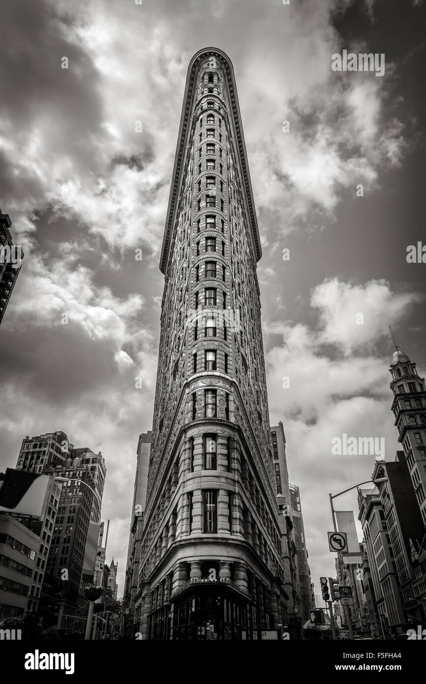 Vertical New York: the Flatiron building. One of the first skyscrapers of New York City, it is located in the Flatiron - Stock Image