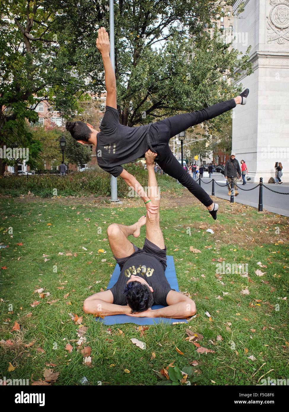 Acro Yoga Stock Photos & Acro Yoga Stock Images - Alamy