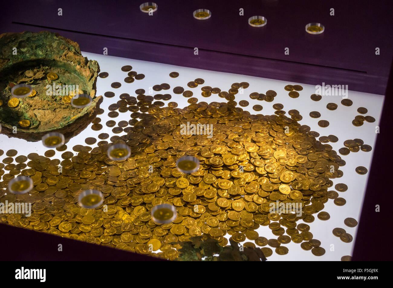 roman-coin-hoard-of-gold-aurei-landesmuseum-state-museum-trier-rheinland-F5GJ9X.jpg