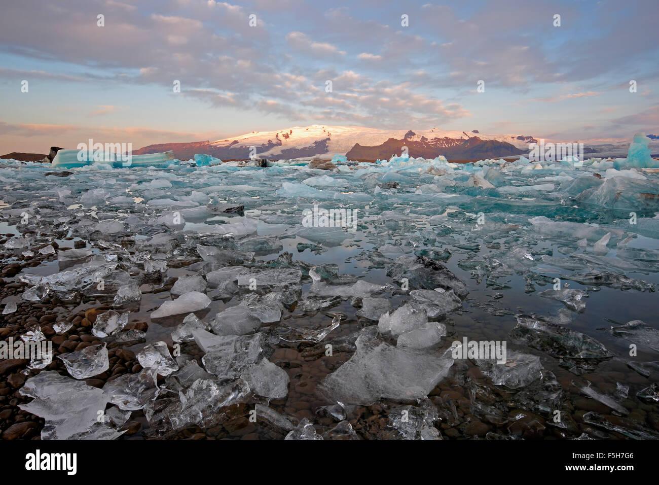 Ice, icebergs and snow-covered mountains, Jokulsarlon Glacier Lagoon, Vatnajokull Glacier, Vatnajokull National - Stock Image