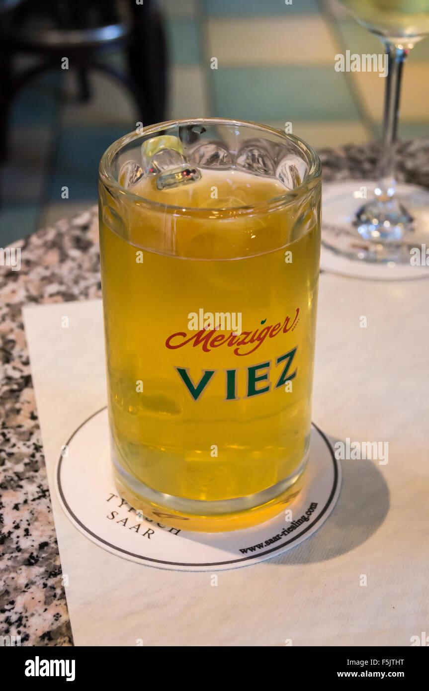 a-glass-of-merziger-viez-cider-on-a-bar-saarburg-rheinland-pfalz-germany-F5JTHT.jpg