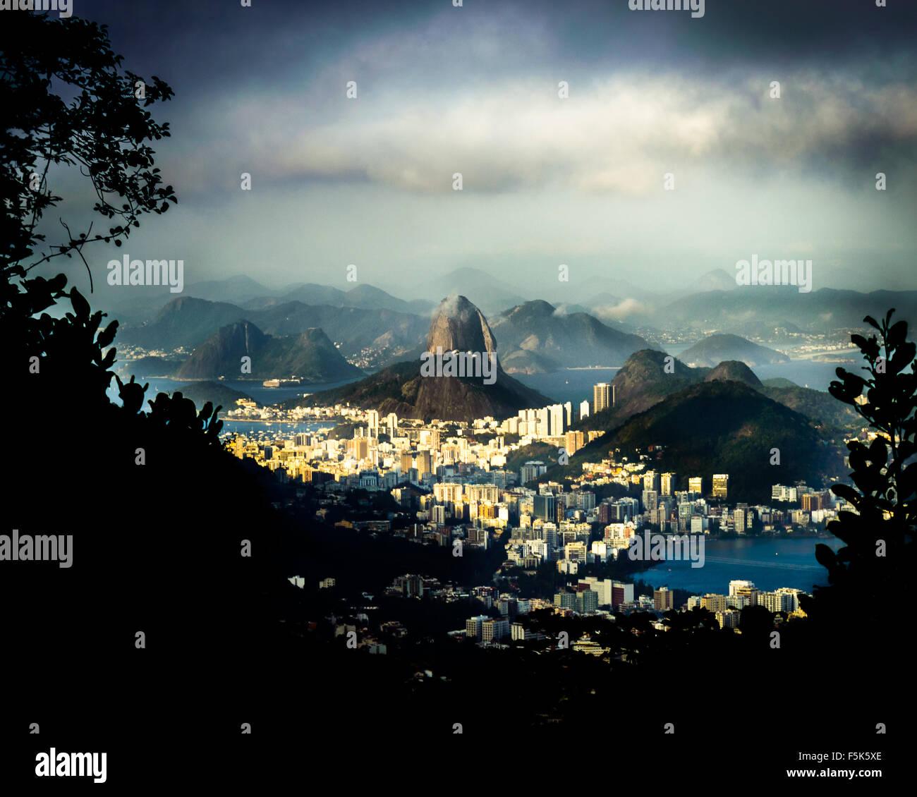 pao-de-acucar-sugar-loaf-mountain-in-rio-de-janeiro-brazil-F5K5XE.jpg