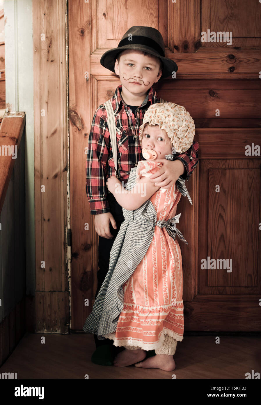 Sweden, Sodermanland, Strangnas, Boy (4-5) and girl (2-3) at home in costumes - Stock Image