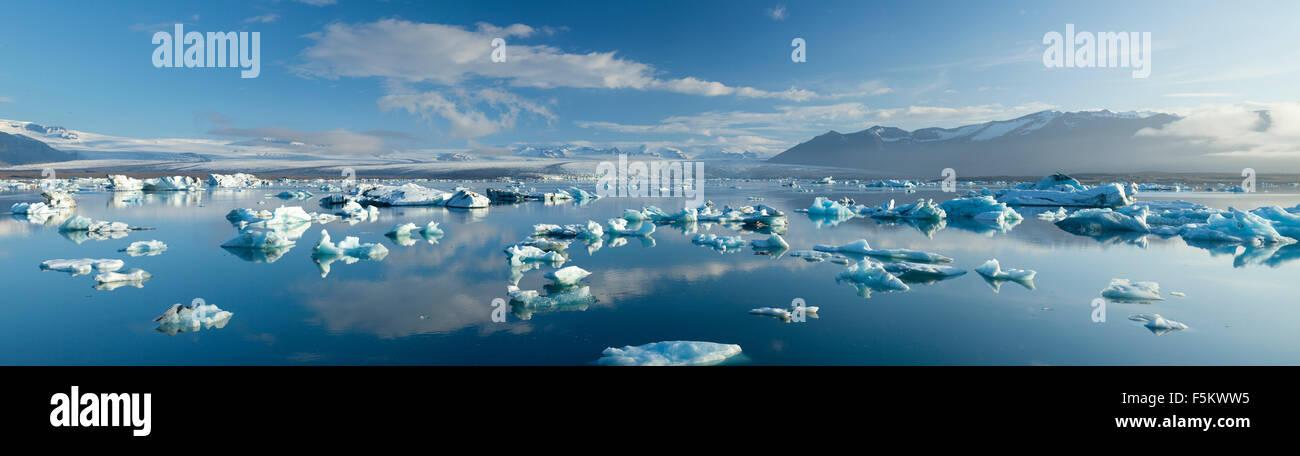 Icebergs in Jokulsarlon lagoon, beneath Breidamerkurjokull glacier, Sudhurland, Iceland. - Stock Image