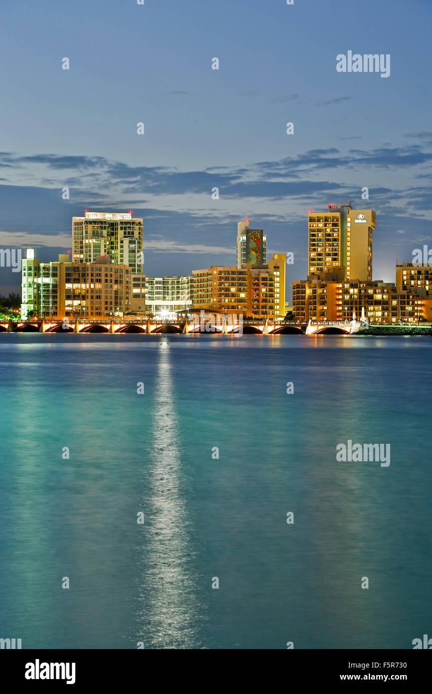 El Condado Lagoon, Dos Hermanos Bridge and skyline, San Juan, Puerto Rico - Stock Image
