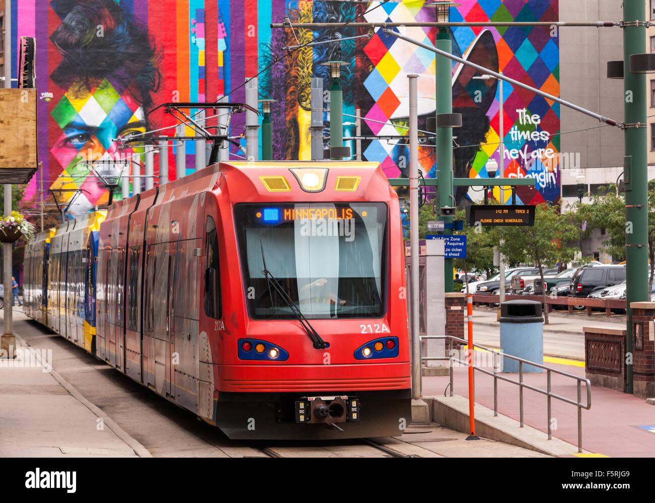 downtown-minneapolis-metro-transit-blue-line-hiawatha-light-rail-at-F5RJG9.jpg