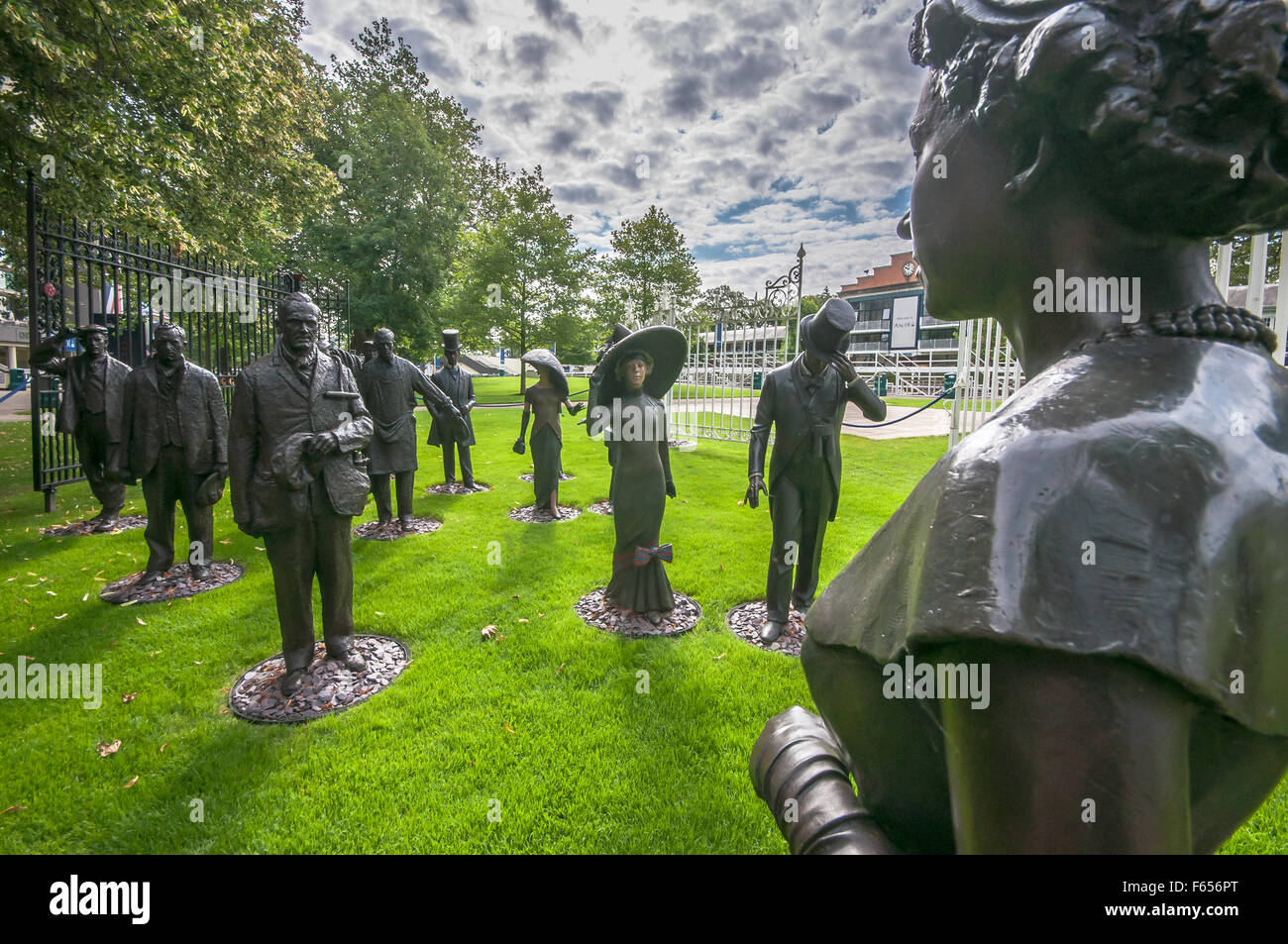 """Royal Ascot. Sculpture called """"Uniting Two Societies"""", originally commissioned by Mr W J Gredley.Gates originate - Stock Image"""