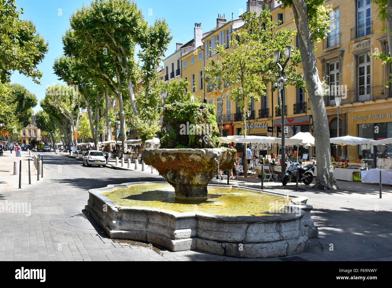 Aix en Provence South of France tree lined Cours Mirabeau boulevard and Fontaine des Neuf-Canons Sunday street market - Stock Image