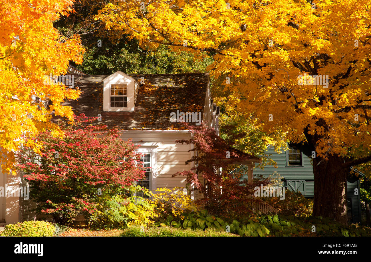 a-house-in-salisbury-connecticut-with-autumn-foliage-connecticut-ct-F69TAG.jpg