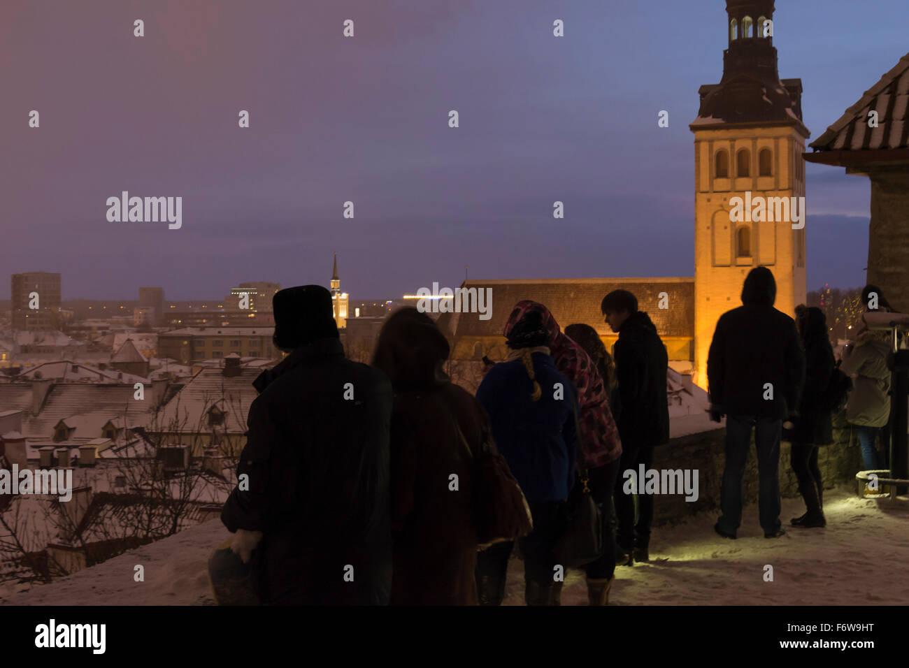tourists-at-night-at-kohtuotsa-sightseeing-platform-viewing-the-old-F6W9HT.jpg
