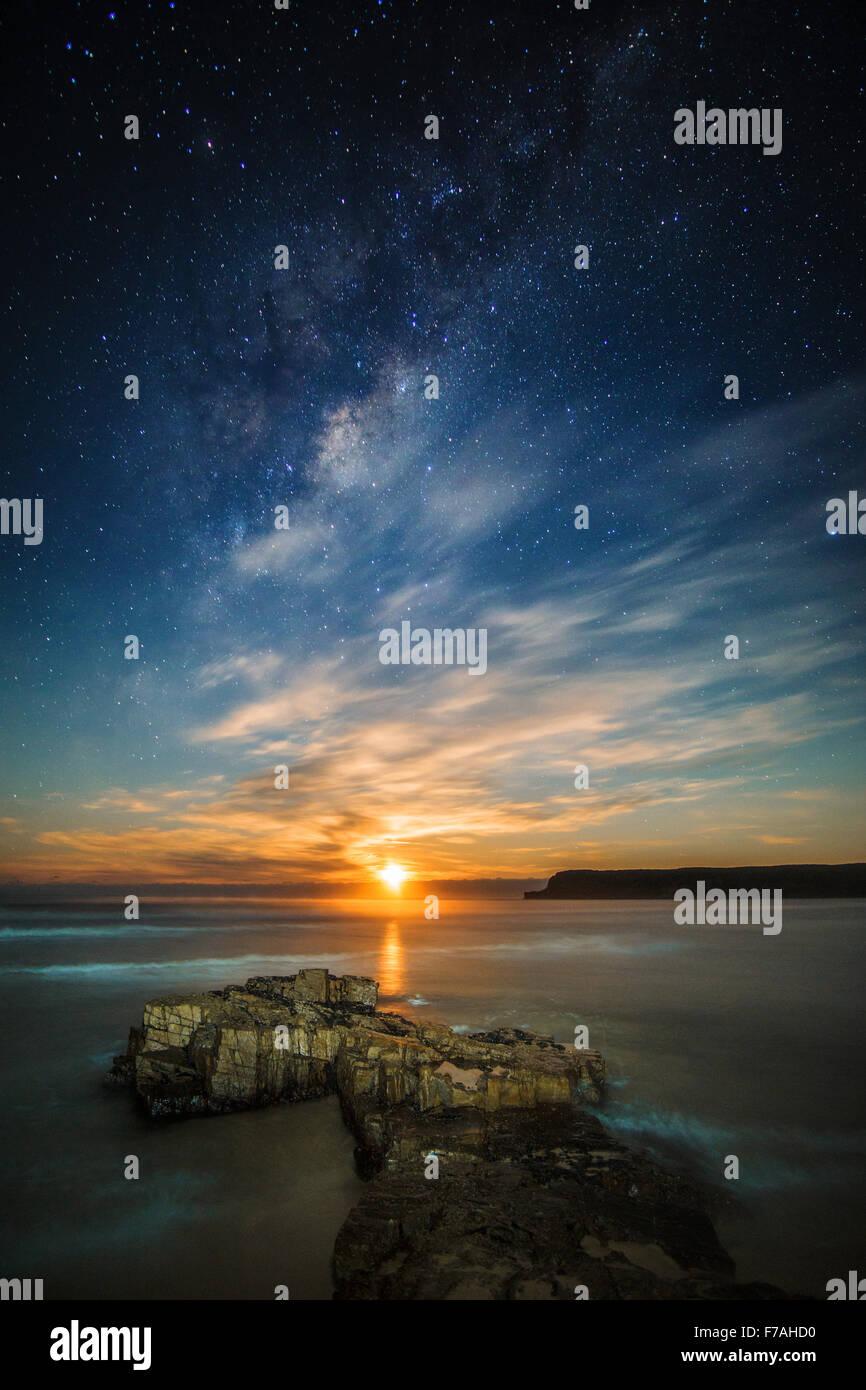 Moonrise beneath the milky way - Stock Image