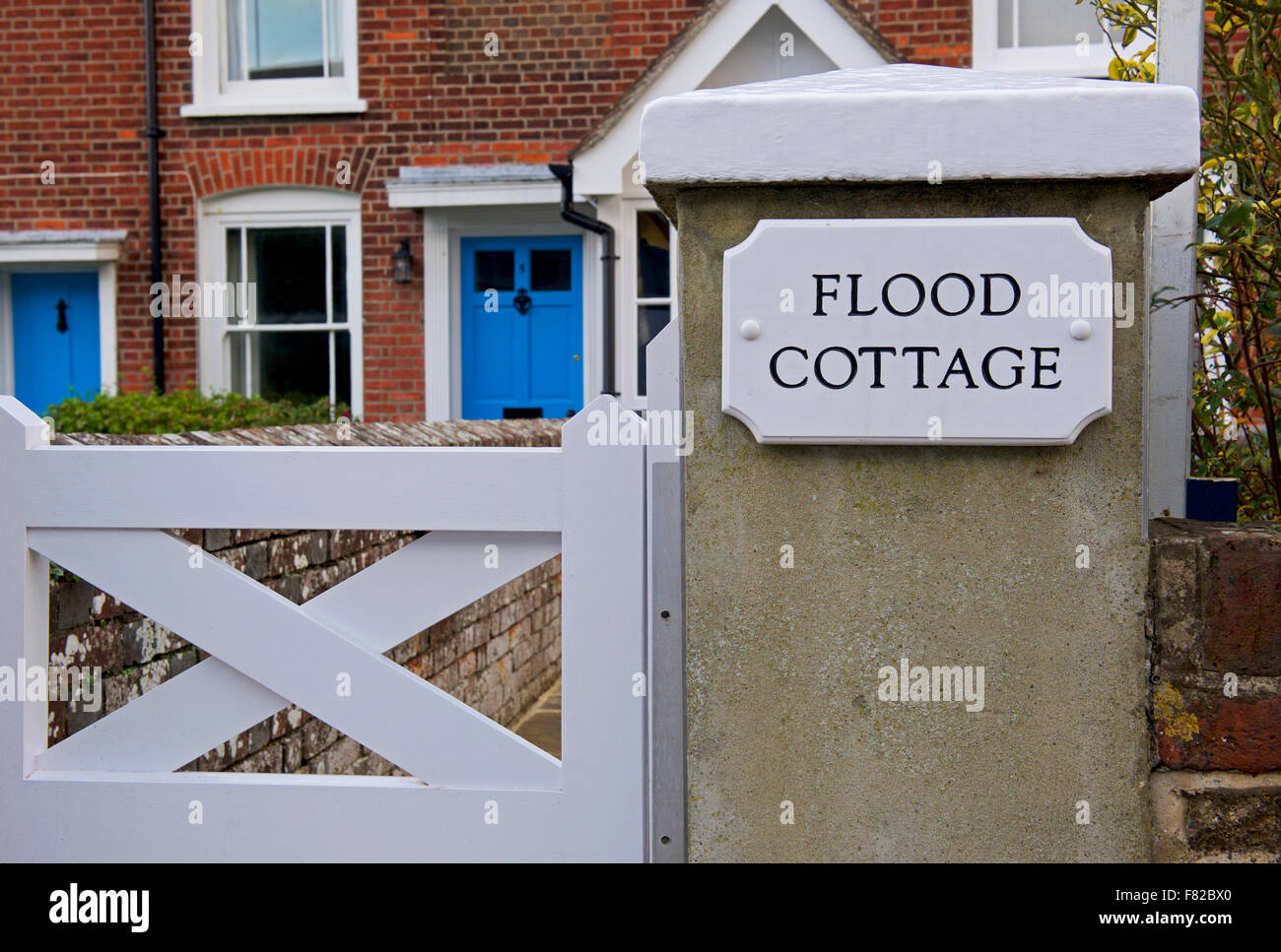 flood-cottage-in-the-village-of-bosham-sussex-england-uk-F82BX0.jpg