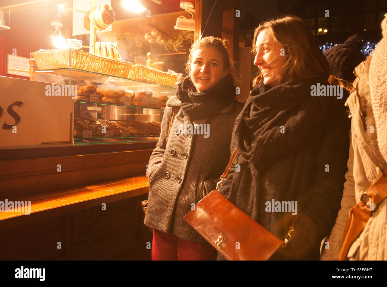 women-shopping-and-having-fun-strasbourg-christmas-market-strasbourg-F8FGH7.jpg