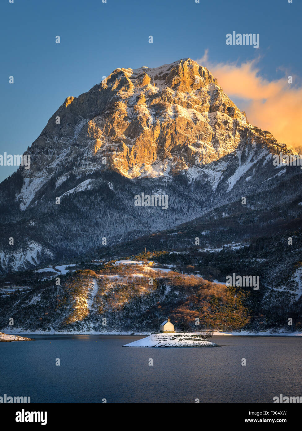 Winter sunset view of the Grand Morgon mountain rising above the Saint Michel Bay of Serre Poncon lake, Southern - Stock Image