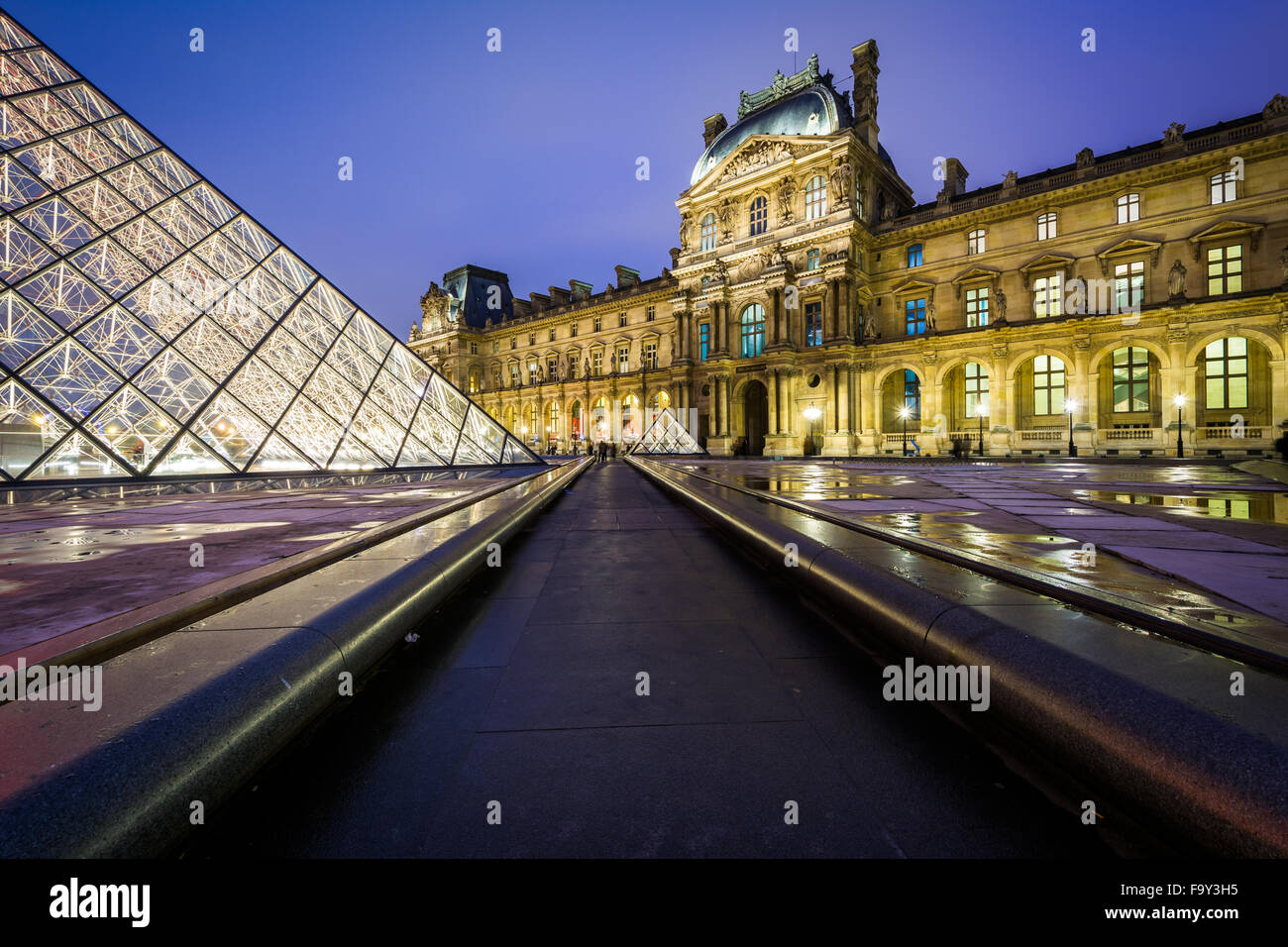 The Lourve at night, in Paris, France. - Stock Image