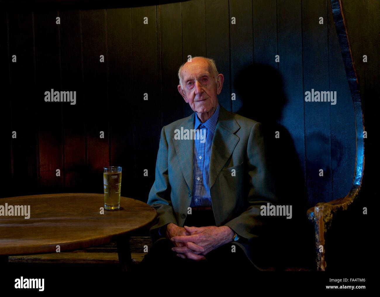 senior-man-sitting-in-the-fleece-inn-bretforton-near-evesham-worcestershire-FA4TM6.jpg