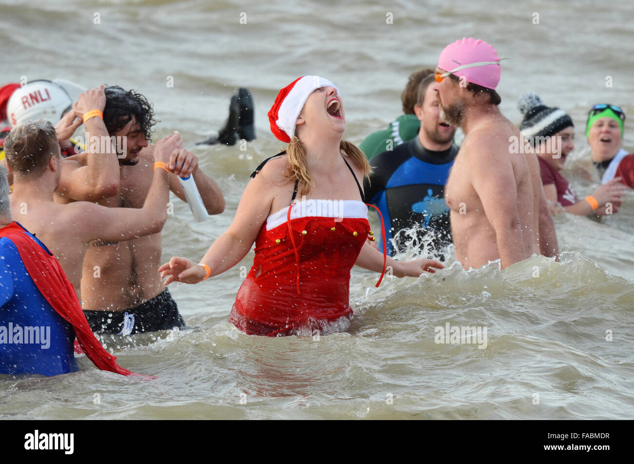 boxing-day-swim-southend-on-sea-essex-uk-swimmers-braved-the-icy-cold-FABMDR.jpg