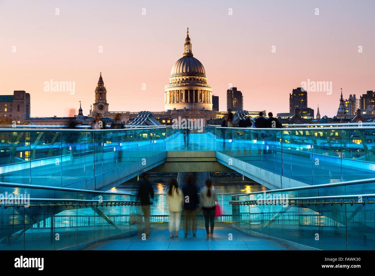 London, Millennium bridge at dusk - Stock Image