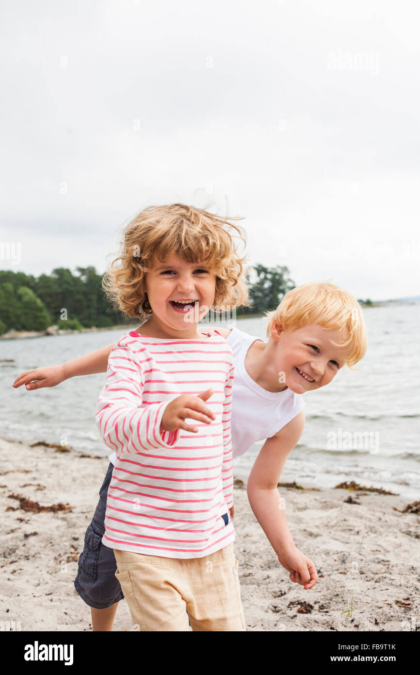 Sweden, Sodermanland, Stockholm Archipelago, Musko, Girl (4-5) and boy (4-5) on beach - Stock Image