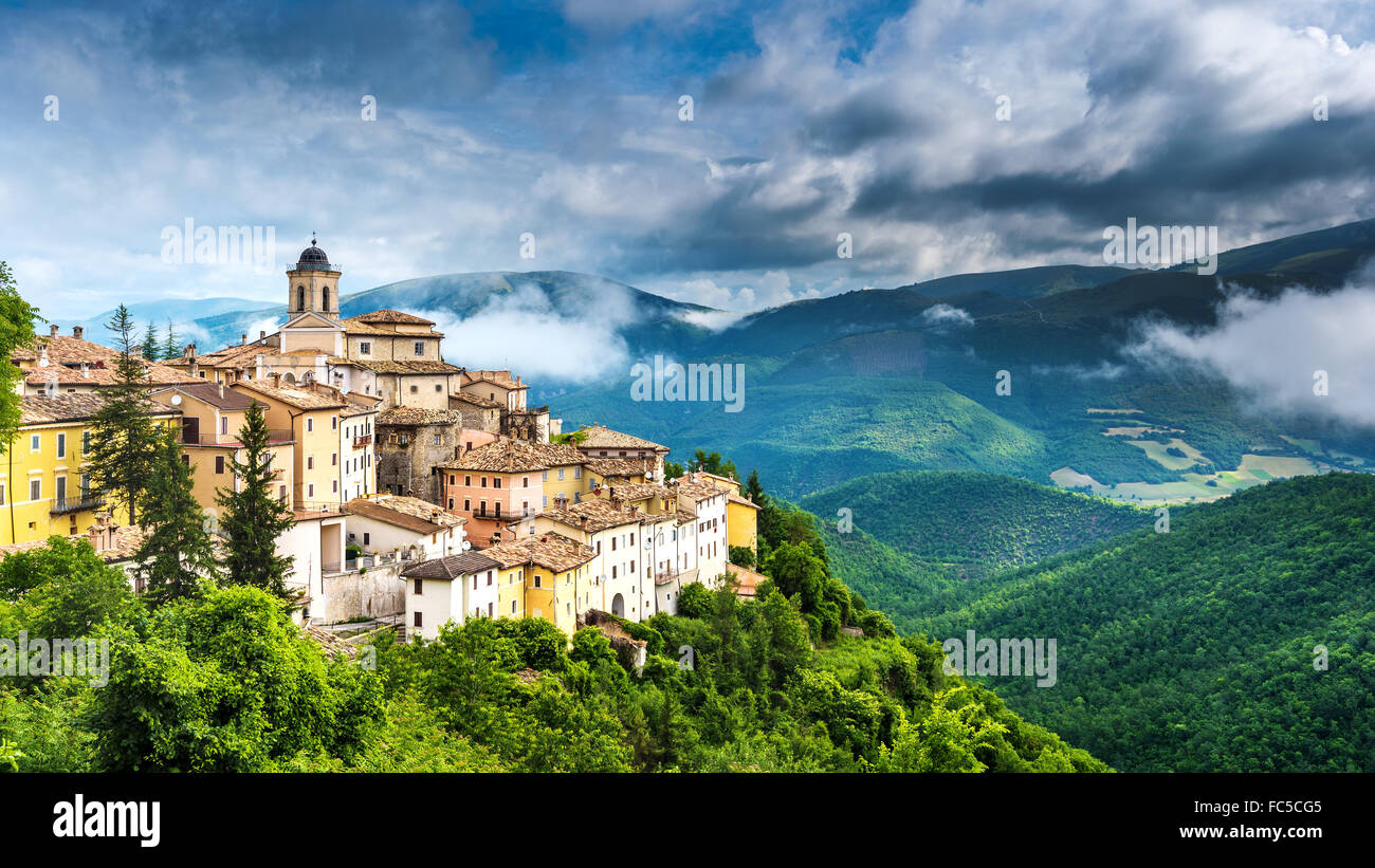 Abeto small town with beautiful views of the mountains and gorges in Umbria, Italy - Stock Image