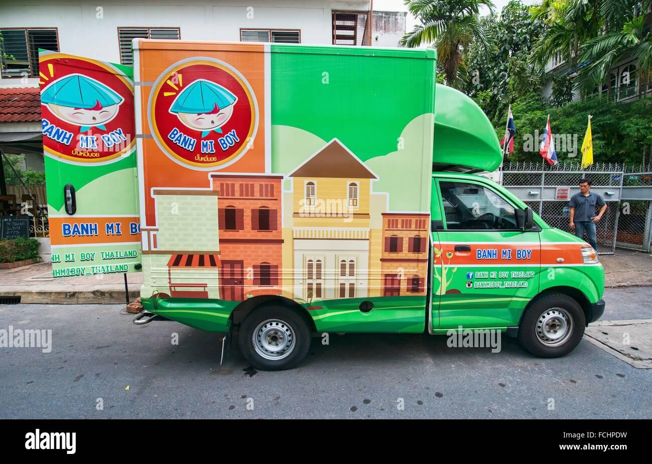 food truck and outdoor dining, Bangkok, Thailand. - Stock Image