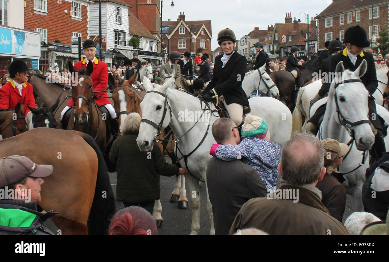 TENTERDEN, KENT, ENGLAND, UK- DEC 26TH 2015: Annual controversial Boxing day meet of fox hunt gathering on High Stock Photo