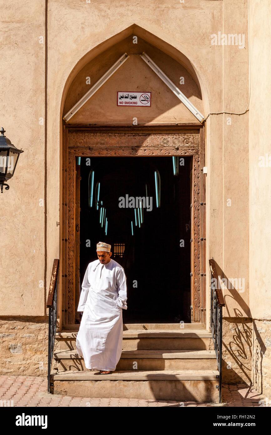 An Omani Man Leaving The Souk, Nizwa, Ad Dakhiliyah Region, Oman - Stock Image