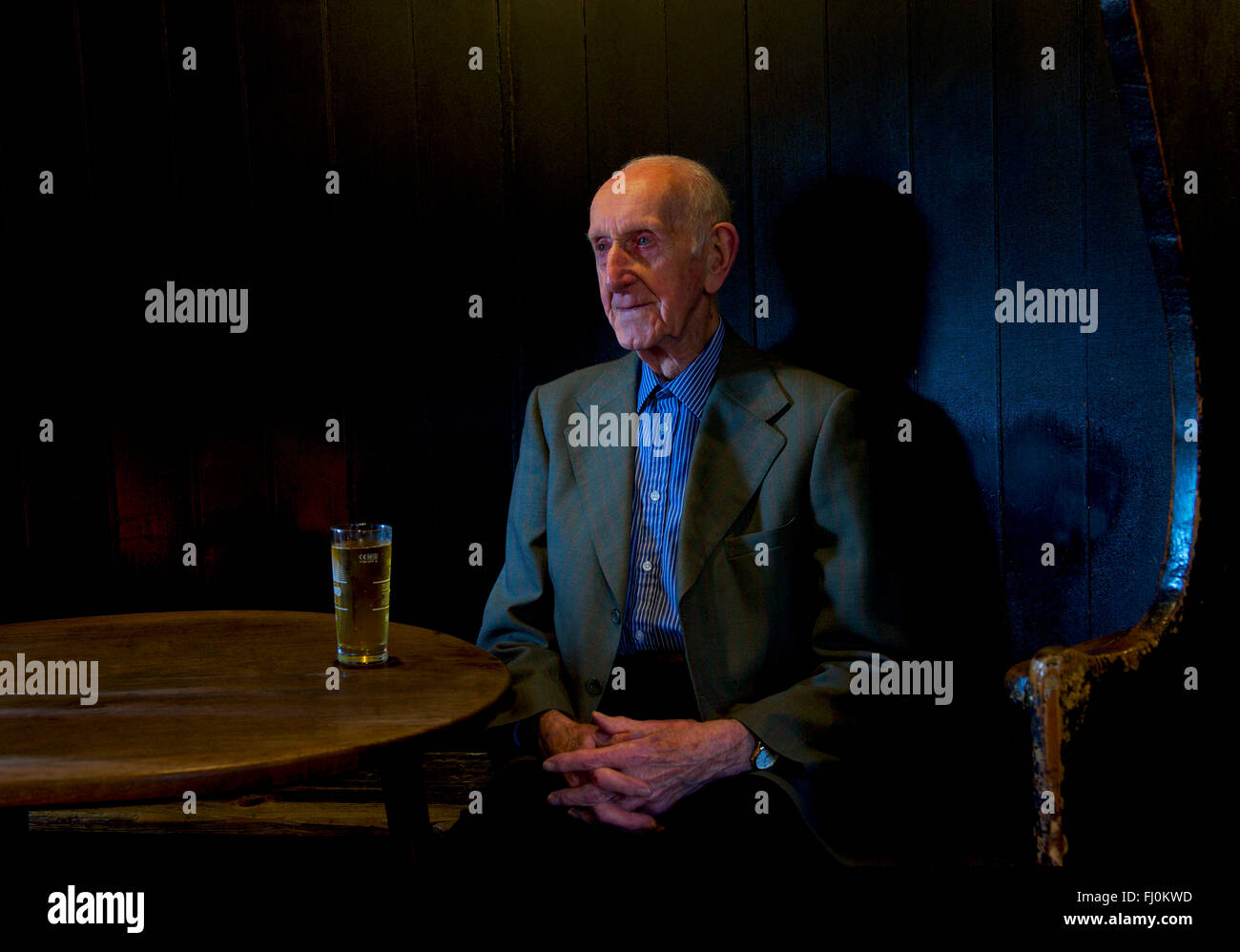 senior-man-sitting-in-the-fleece-inn-bretforton-near-evesham-worcestershire-FJ0KWD.jpg