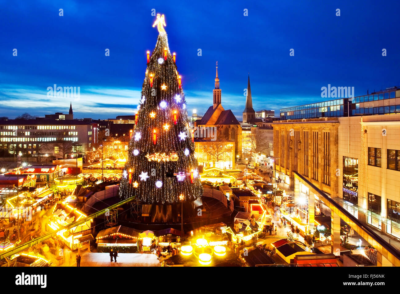 Christmas market with gigantic Christmas tree on Hansaplatz, Germany, North Rhine-Westphalia, Ruhr Area, Dortmund - Stock Image