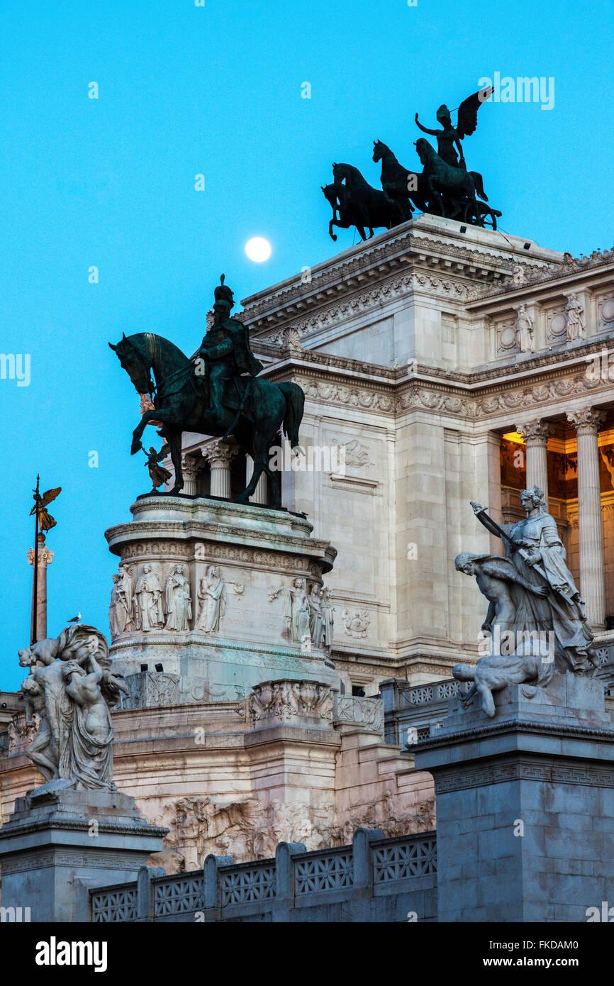 Monument of Vittorio Emanuele II against facade of building - Stock Image