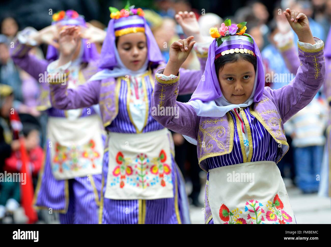 Turkey, Marmara region, Bandirma, kids during a traditional show on the occasion of the Turkish national day - Stock Image