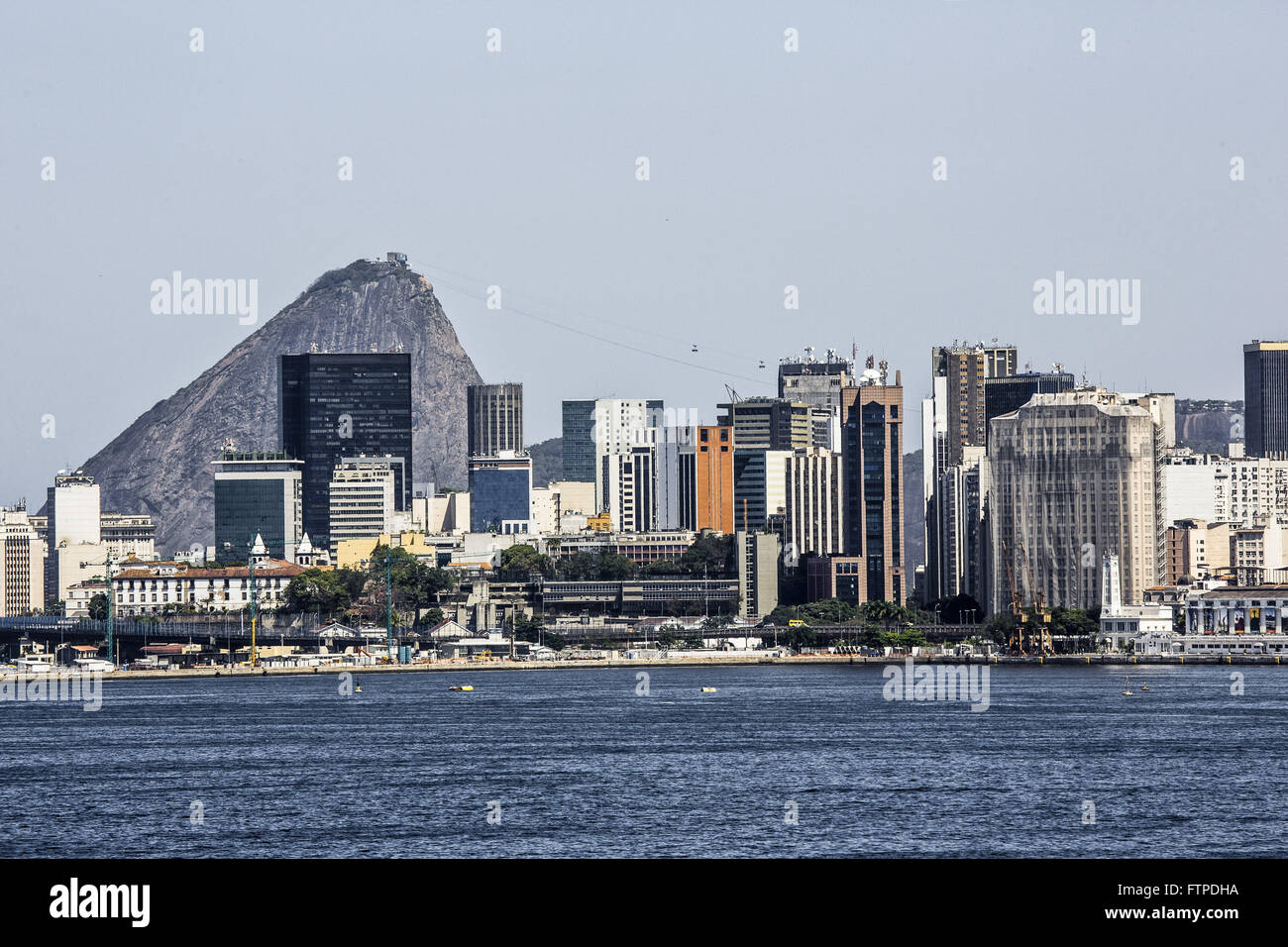 Buildings and Perimeter Flyover in the city center with Sugar Loaf in the background - Stock Image