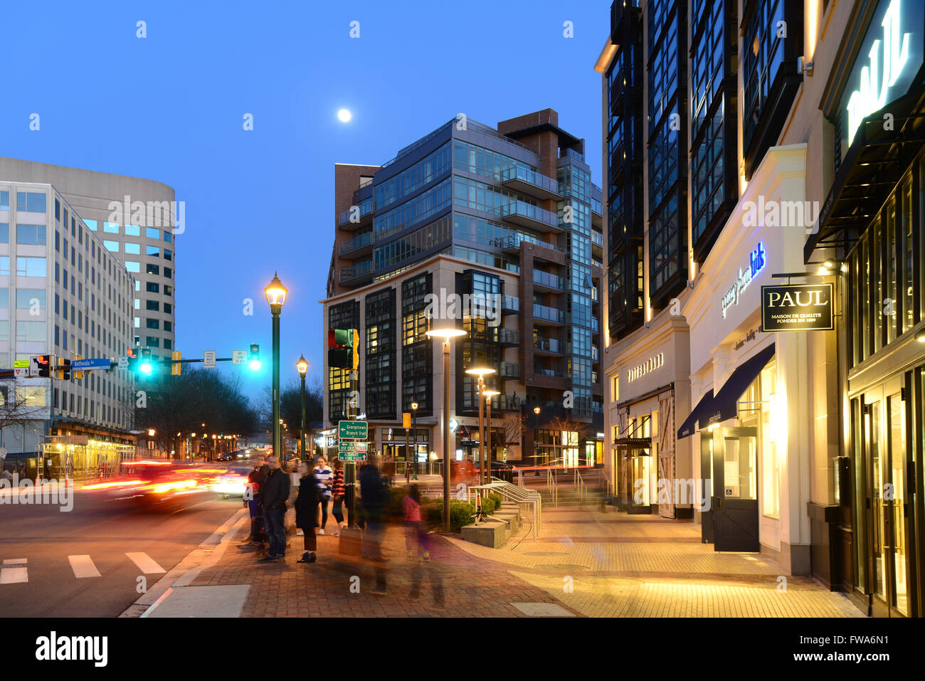 usa-maryland-md-city-of-bethesda-at-night-suburb-of-washington-dc-FWA6N1.jpg