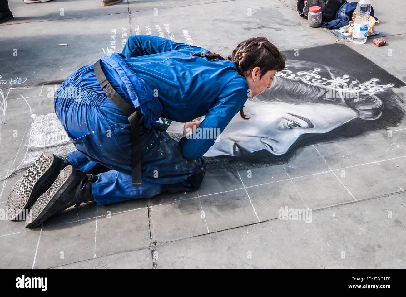 a-street-artist-chalking-a-picture-of-queen-elizabeth-ii-outside-the-FWC1FE.jpg
