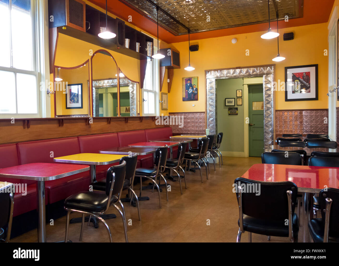 retro-diner-like-interior-of-the-useless-bay-coffee-company-restaurant-FWXKK1.jpg