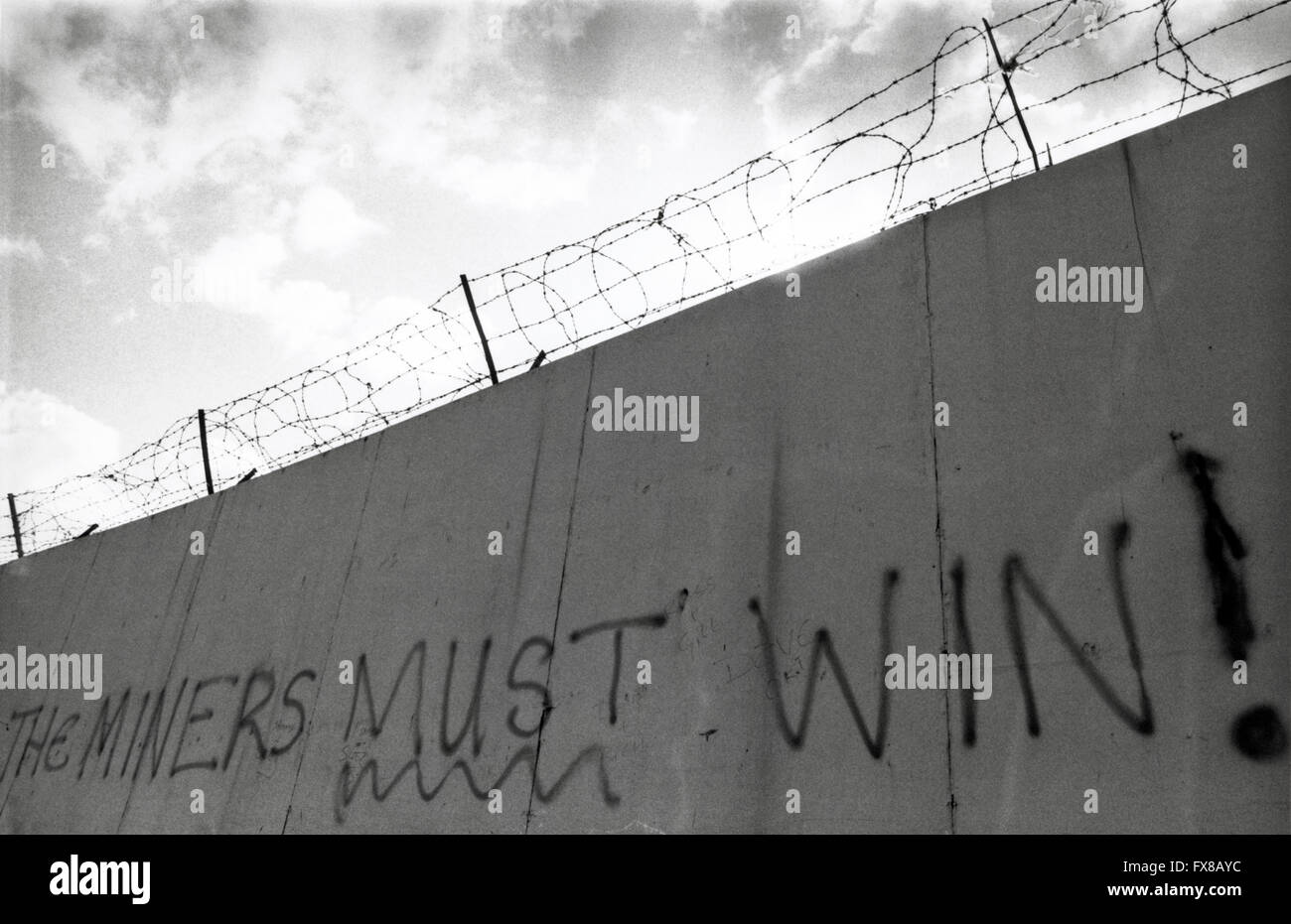 """Archive image from 1980s. Graffiti of the Miners Strike 1984 - 1985 """"The Miners Must Win"""" Newport, South Wales. Stock Photo"""