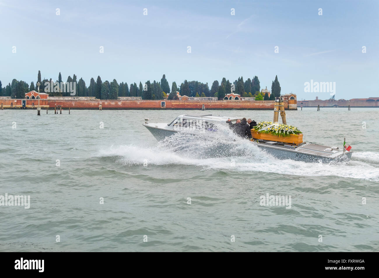 https://c7.alamy.com/comp/FXRWGA/venice-italy-water-hearse-or-funerary-funeral-boat-on-its-way-to-venices-FXRWGA.jpg