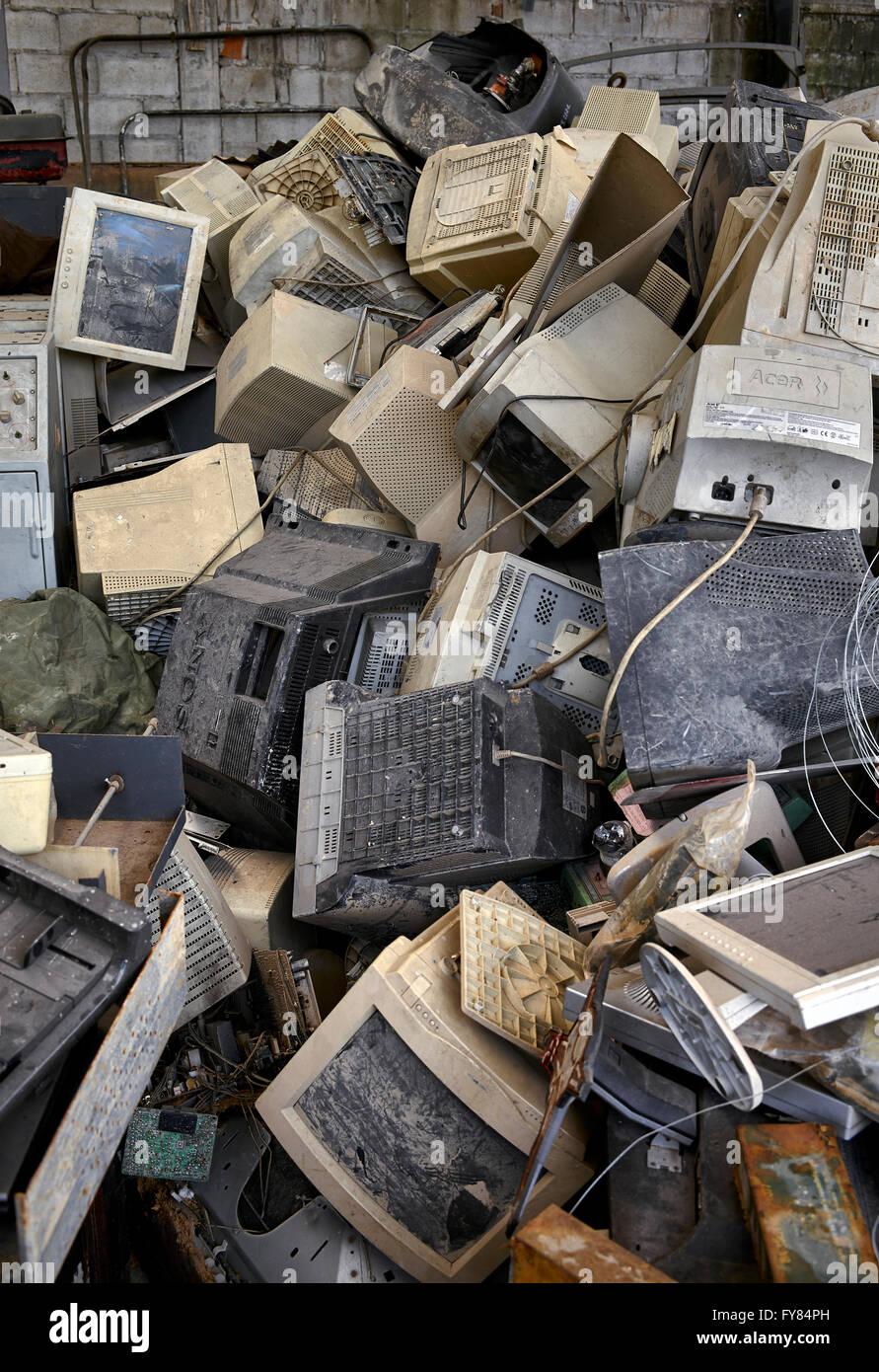 obsolete-computers-scrap-pile-FY84PH.jpg