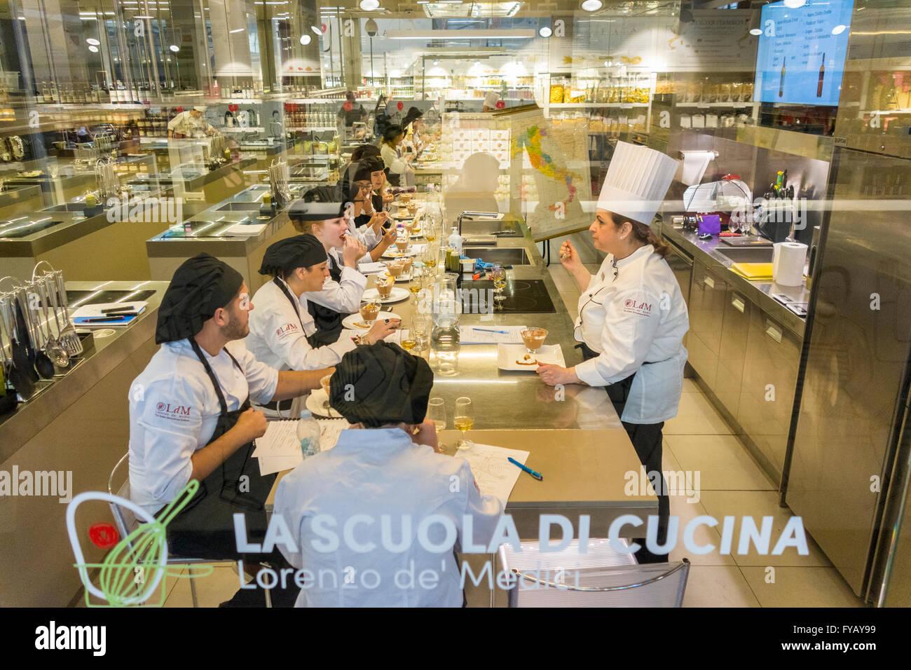 https://c7.alamy.com/comp/FYAY99/florence-italy-cookery-class-la-scuola-di-cucina-of-the-scuola-lorenzo-FYAY99.jpg