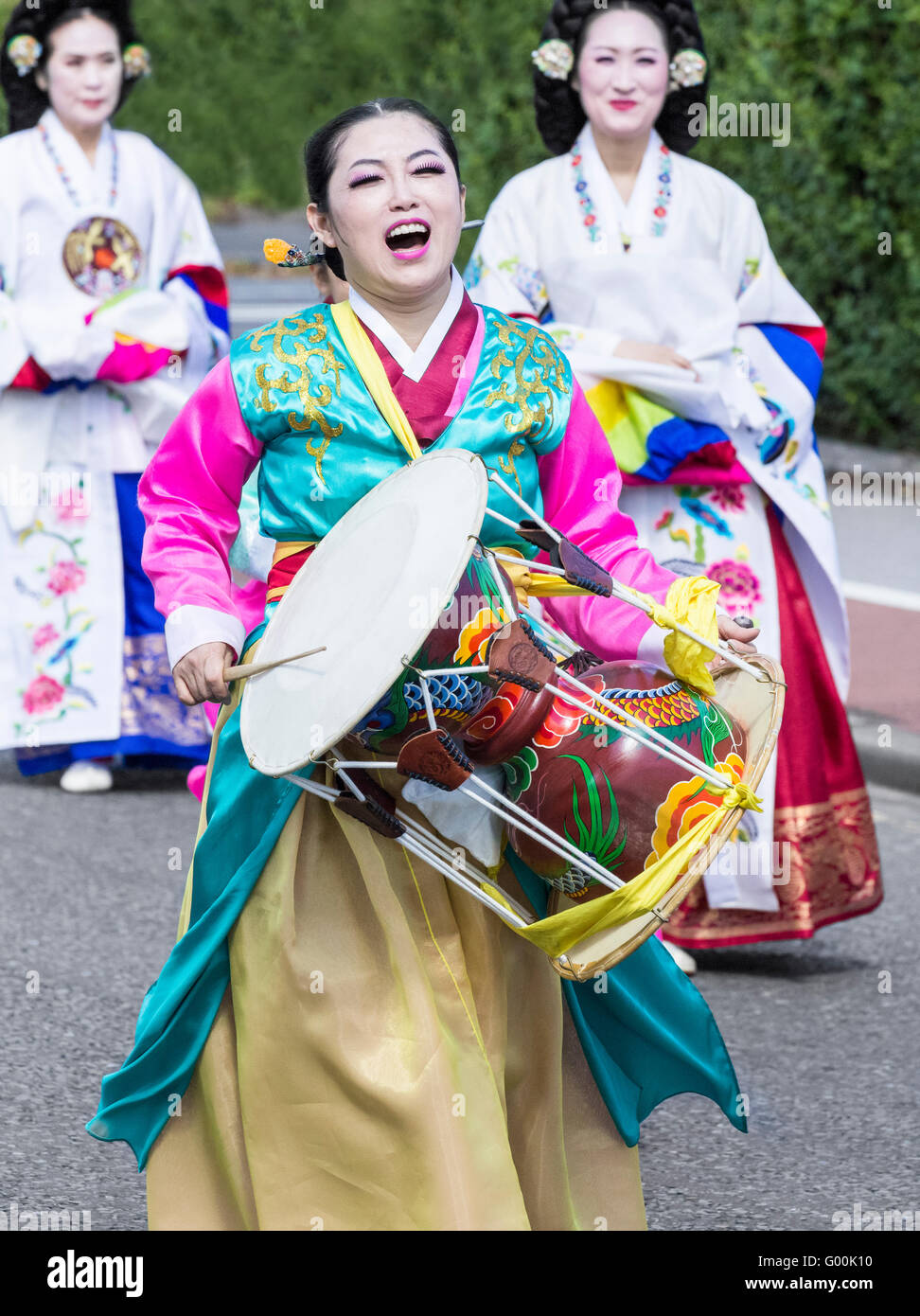 Musician and dancers from South Korea in traditional costume. - Stock Image