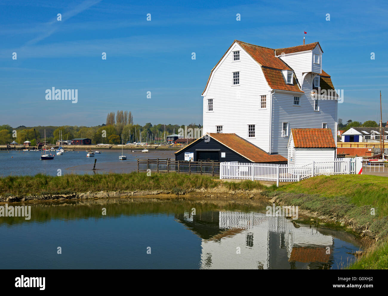 the-tide-mill-on-the-quayside-woodbridge-suffolk-england-uk-G0XHJ2.jpg