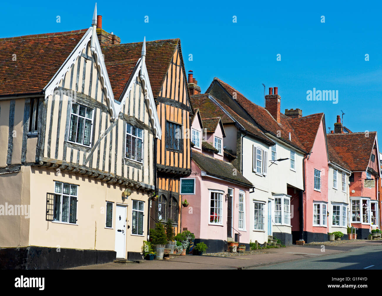 the-crooked-house-in-the-village-of-lavenham-suffolk-england-uk-G1F4YD.jpg