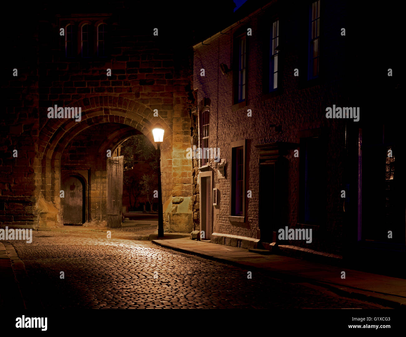 one-of-the-arched-entrances-to-the-grounds-of-carlisle-cathedral-cumbria-G1XCG3.jpg
