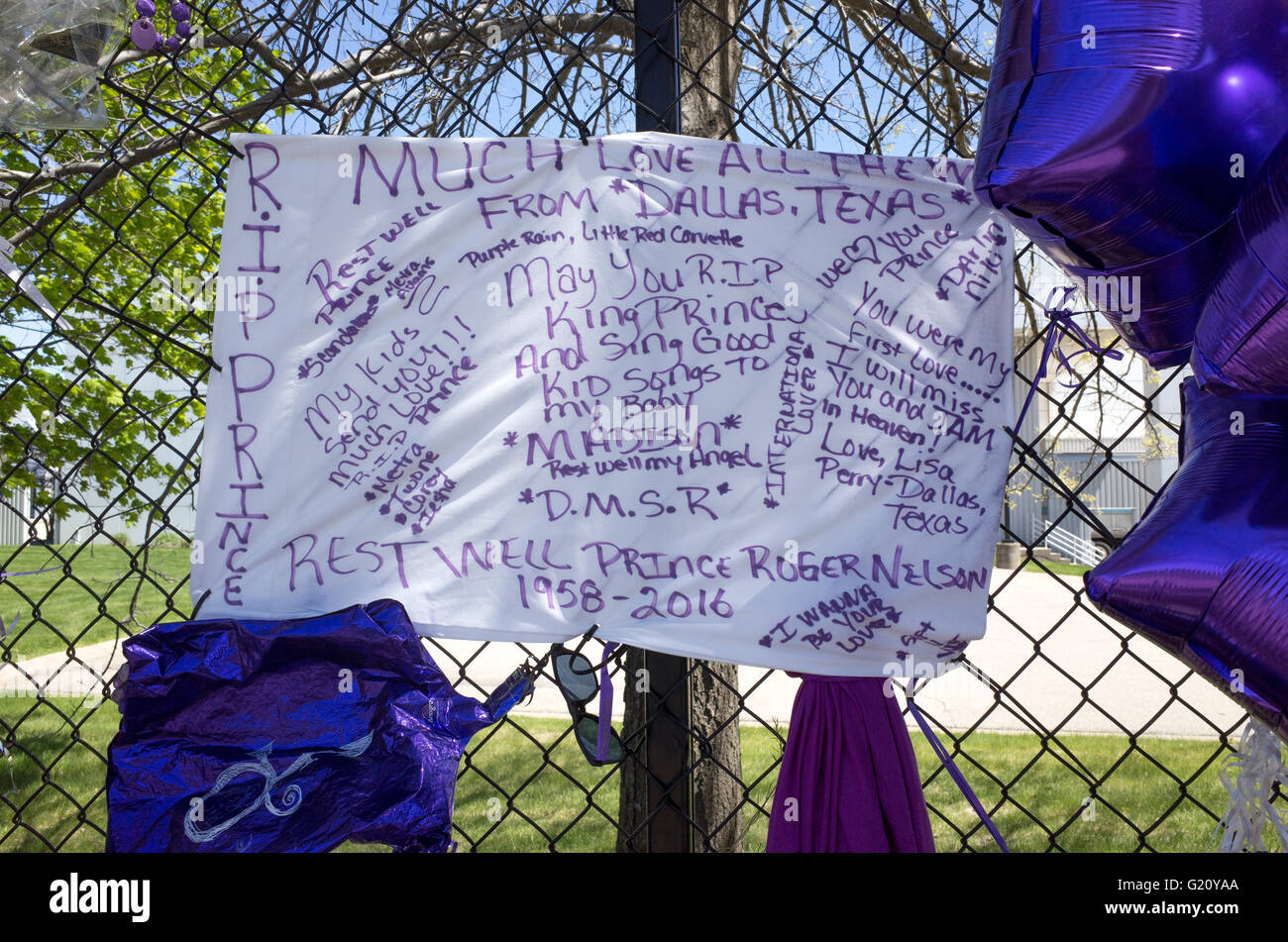 rip banner from dallas texas fans with messages of grief remembering