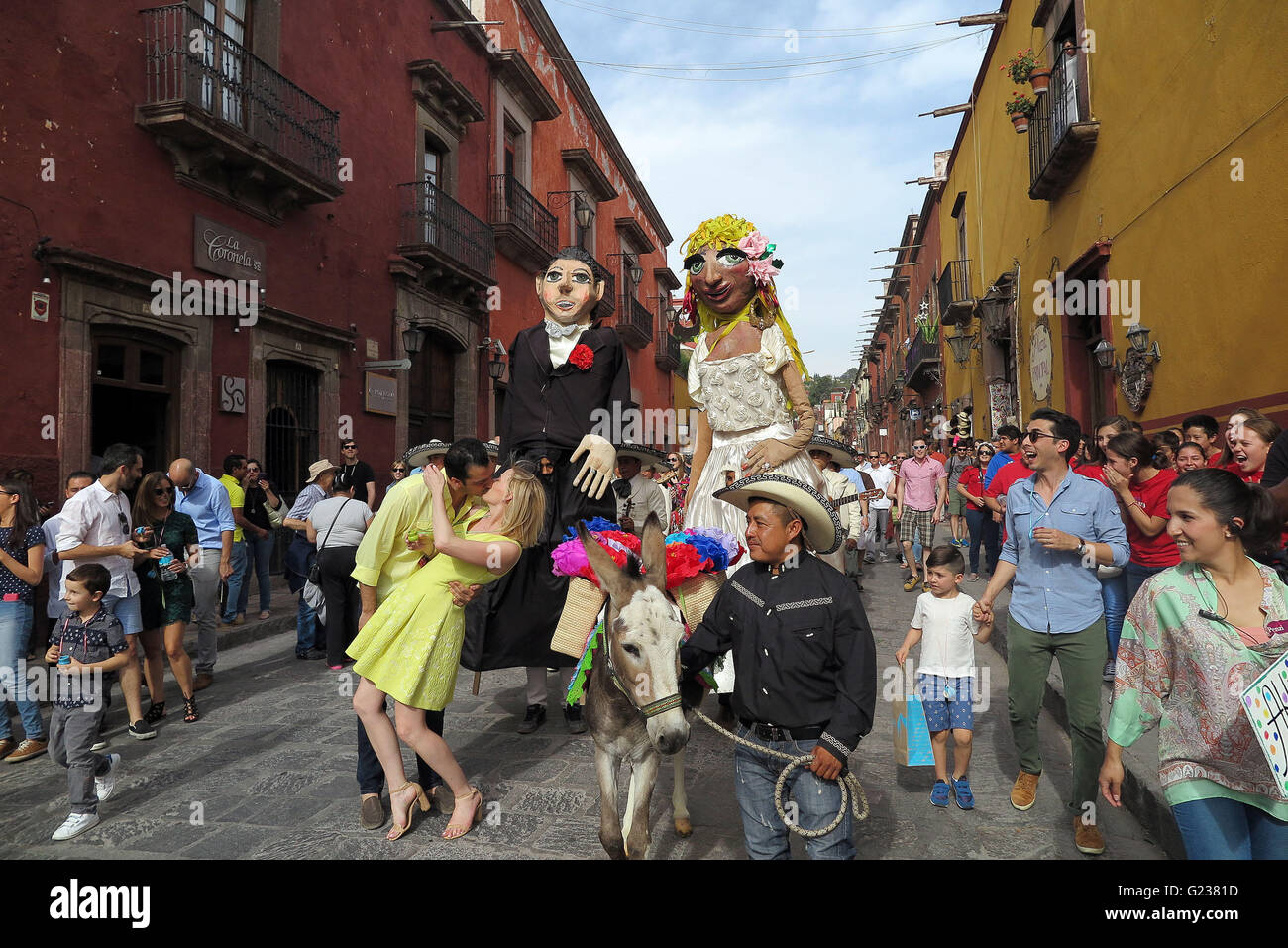 San Miguel De Allende, Mexico. 18th Apr, 2016. A couple kisses during a wedding parade through the streets in San - Stock Image