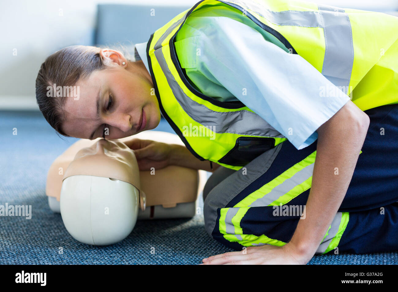 Female paramedic during cardiopulmonary resuscitation training - Stock Image