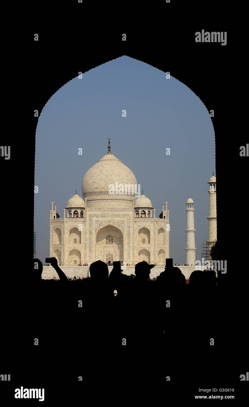 tourists-flocking-to-taj-mahal-to-see-th