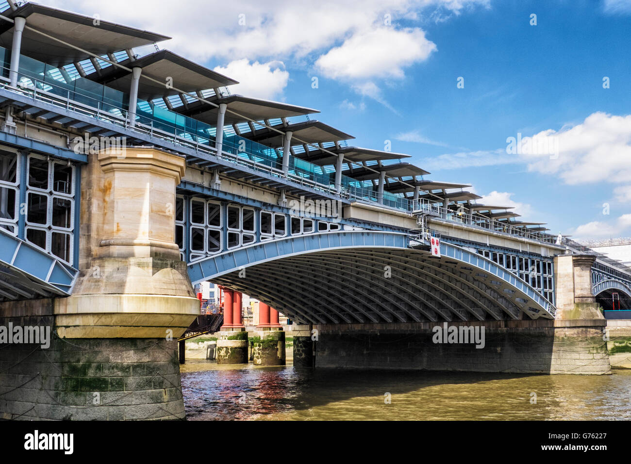 blackfriars-railway-bridge-across-the-river-thames-with-solar-heating-G76227.jpg