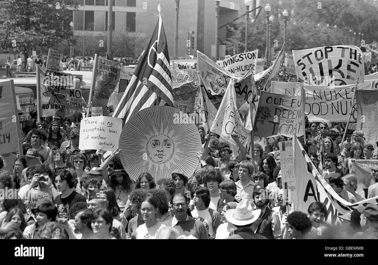 usa-washington-dc-anti-nuclear-rally-on-pennsylvania-ave-and-the-capitol-GBEMMB.jpg