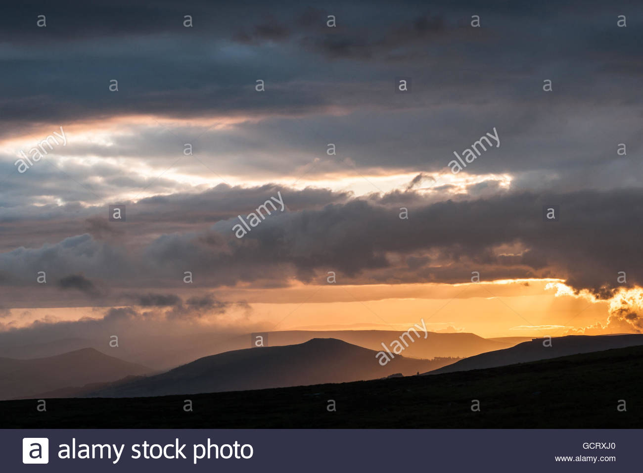 Carl Wark Storms looking to Bamford Edge and Win Hill. - Stock Image